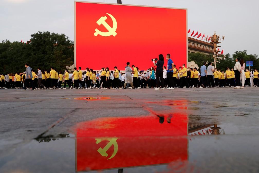 Bandeira do Partido Comunista da China pouco antes de evento que marca os 100 anos da agremiação, nesta quinta (1º) em Pequim — Foto: Carlos Garcia Rawlins/Reuters