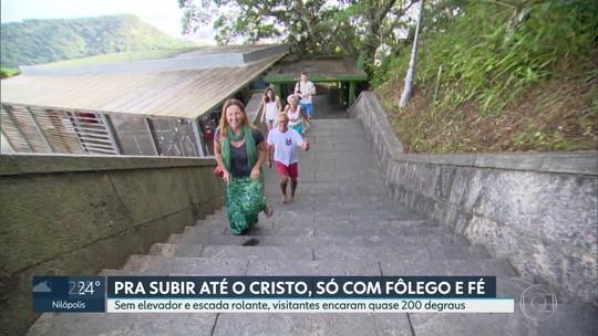 Sem elevador e escada rolante, visitantes sobem quase 200 degraus até Cristo Redentor