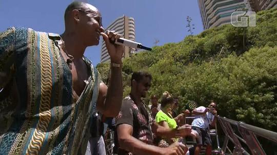 'Arrastão' em Salvador tem quebradeira de Léo Santana com Lore Improta, e Danniel Vieira dança no chão com garis