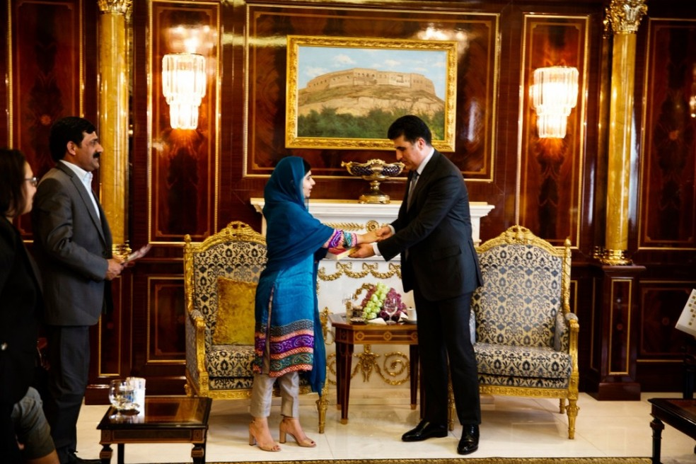 Malala Yousafzai se encontra com o primeiro-ministro do Curdistão, Nechirvan Barzani, enquanto seu pai, Ziauddin, observa ao fundo — Foto: Malin Fezehai/Malala Fund