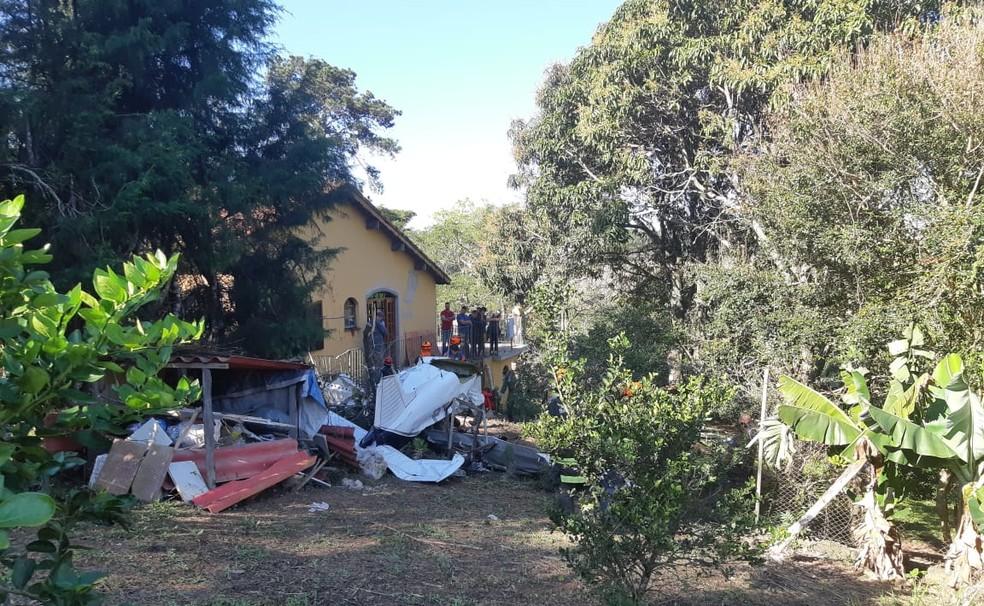 Queda do avião foi na tarde desta sexta-feira (12) em Atibaia — Foto: Bombeiros/Divulgação