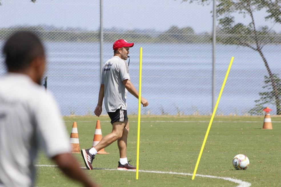 Eduardo Coudet comanda o treino do Inter — Foto: Eduardo Deconto