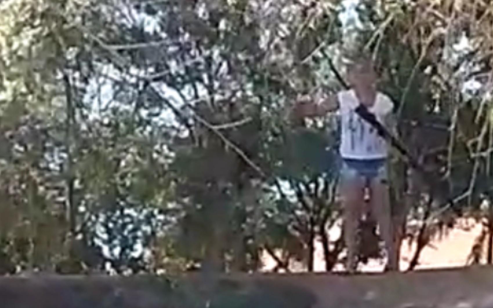 Mulher tenta expulsar pescadores com tiros de espingarda, em Nova Crixás; vídeo