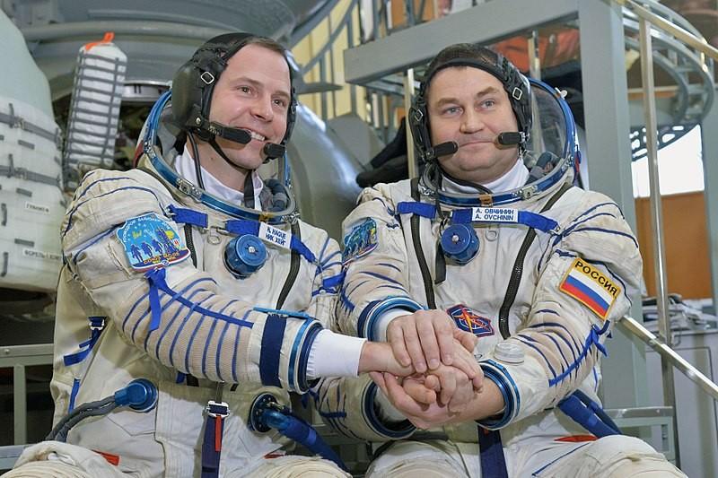 Os astronautas Nick Hague (esquerda) e Alexey Ovchinin (direita) (Foto: NASA/Elizabeth Weissinger/Wikimedia Commons)