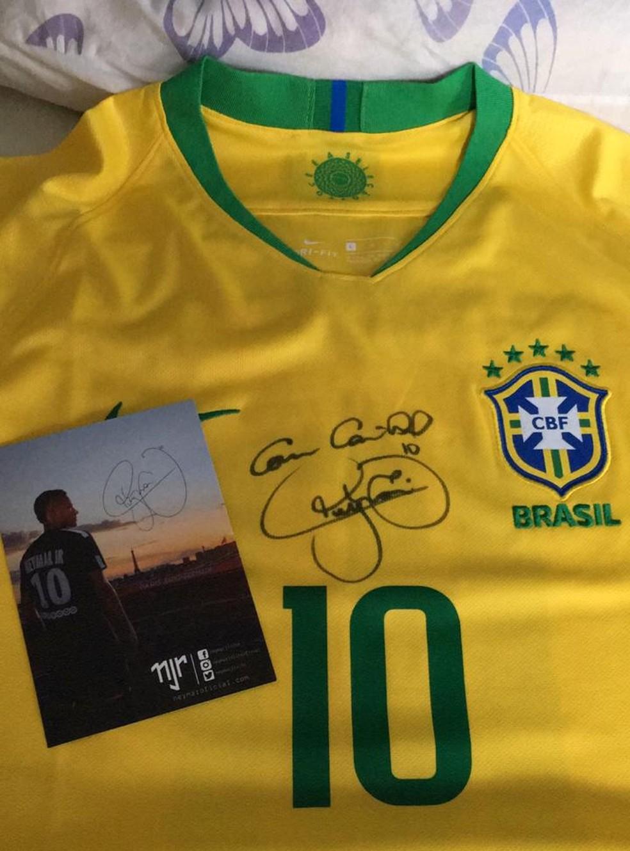 Camisa autografada de Neymar é doada para ajudar no tratamento do pequeno Enzo, de São José dos Campos — Foto: Marcela Prado