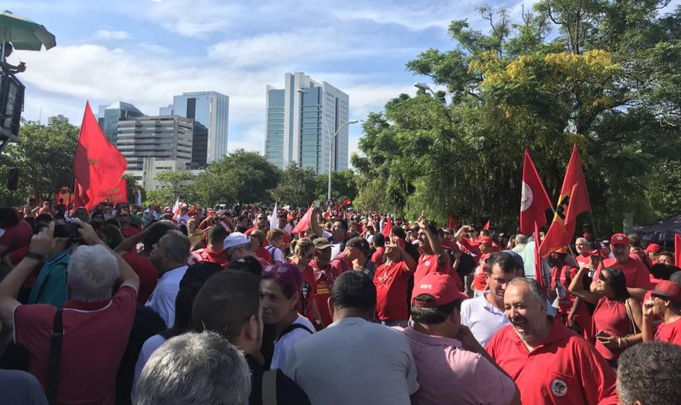 Manifestantes  tomam as ruas em torno da área bloqueada do TRF-4, em Porto Alegre. (Foto: Eduardo Moura/G1RS)