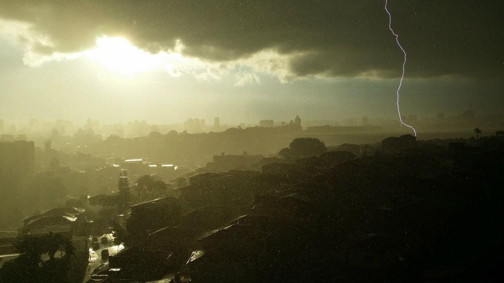 Alexandre Jorge Paulo registru um entardecer de verão em São Paulo, com contraste entre chuva, sol, nuvem e o raio — Foto: Alexandre Jorge Paulo/Inpe