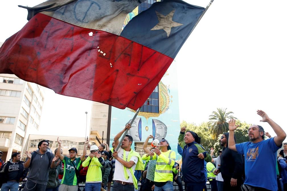 Manifestantes protestam em Valparaíso, no Chile, nesta segunda-feira (21) — Foto: Rodrigo Garrido/Reuters