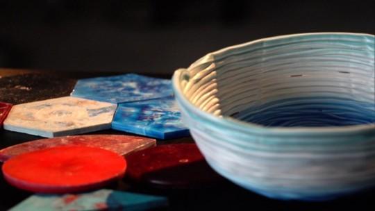 Conheça o projeto 'Plástico Precioso', que transforma plástico em arte