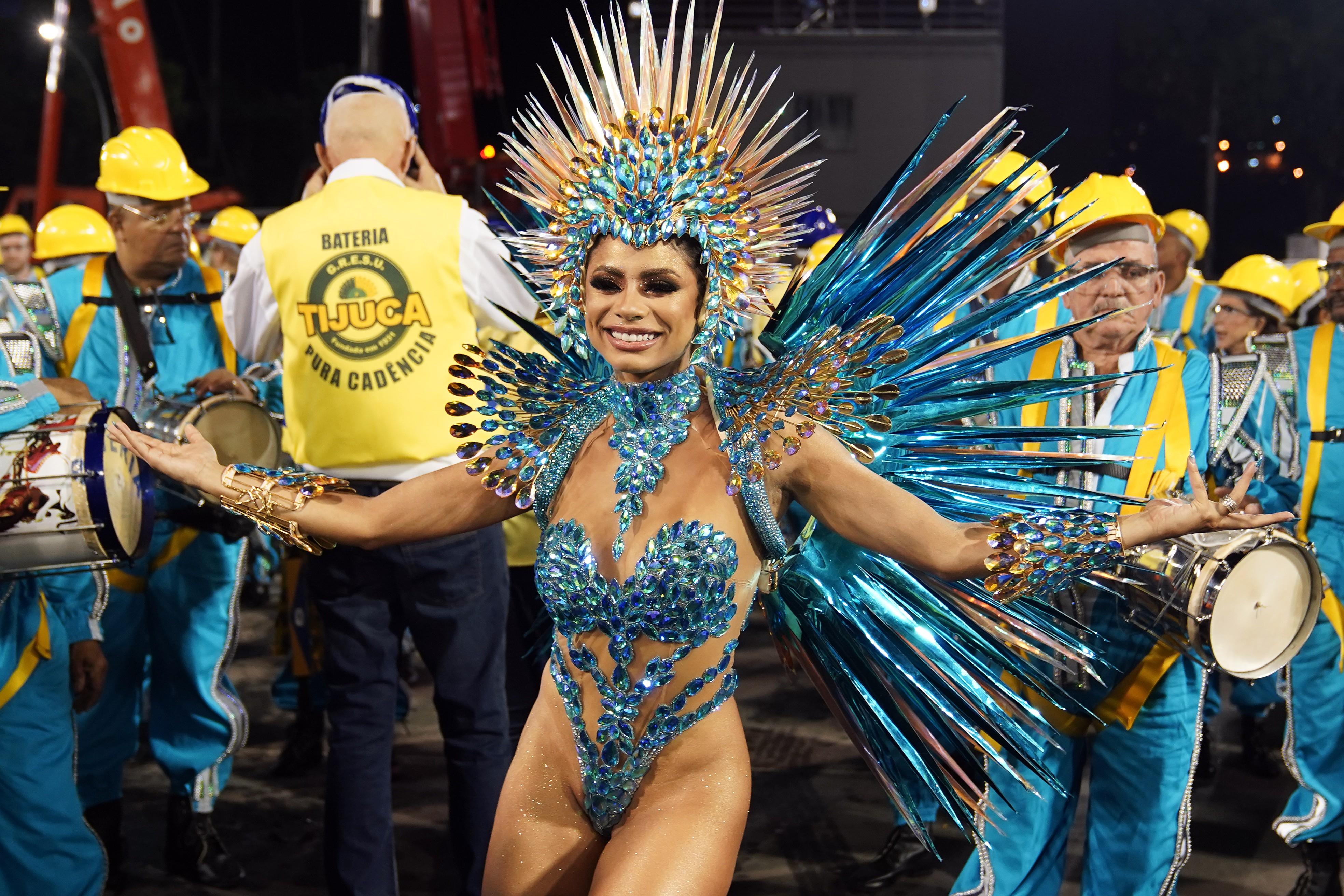 Lexa estreia como rainha de bateria da Unidos da Tijuca