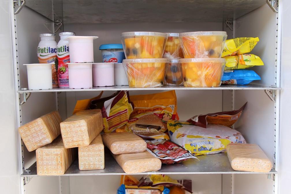 Alimentos ficam disponíveis para quem precisar (Foto: Fabio Rodrigues/G1)