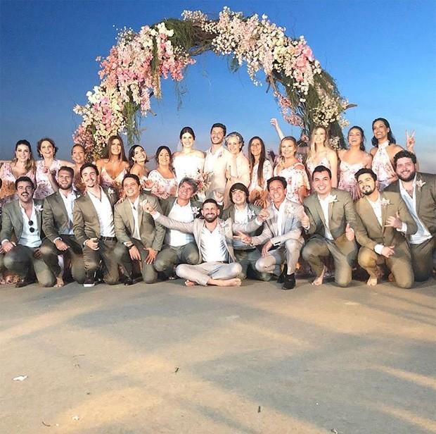 Camila Queiroz e Klebber Toledo com madrinhas e padrinhos (Foto: Reprodução/Instagram)