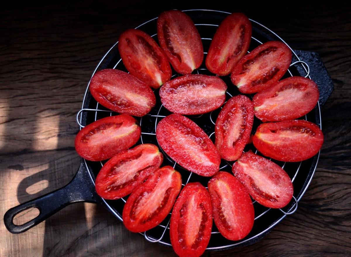 2 – Lave-os muito bem, seque-os e corte-os ao meio no sentido do comprimento. Você pode tirar as sementes, se preferir, mas isso não é necessário. (Foto: Larissa Januário)
