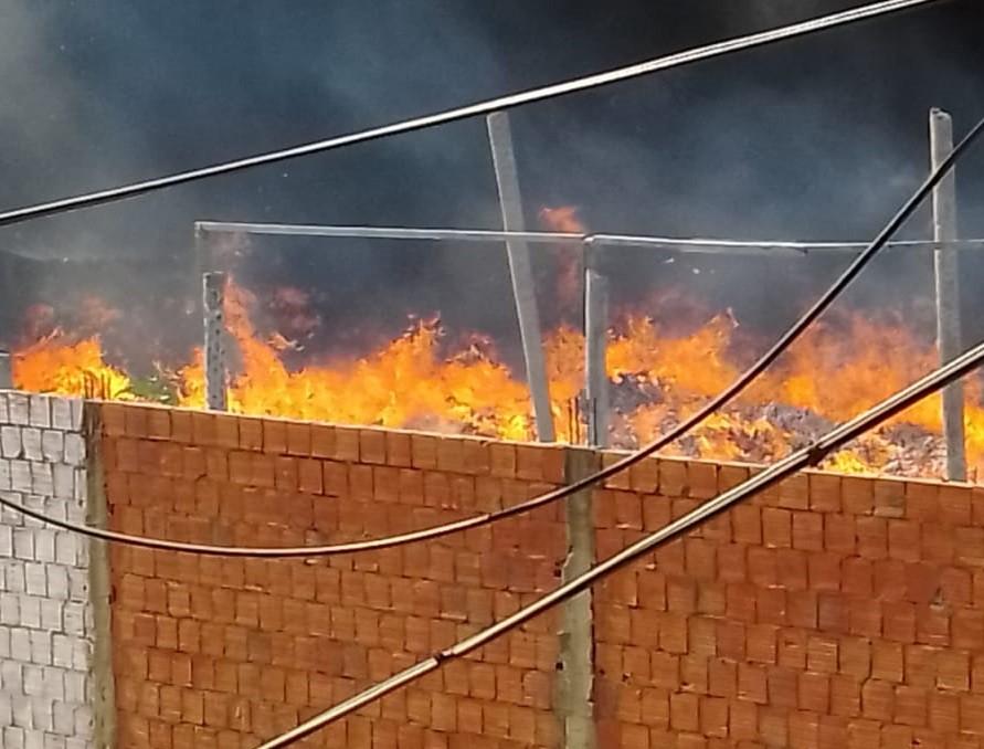 Incêndio atinge terreno usado como depósito de materiais recicláveis na Grande Fortaleza