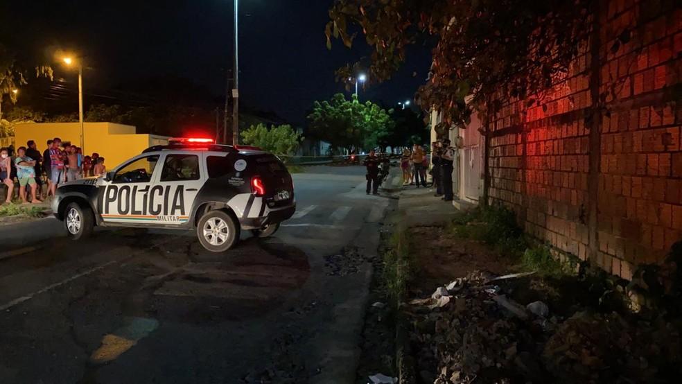 Crime aconteceu na Rua 1, na noite desta terça-feira (5), em Fortaleza — Foto: Paulo Sadat/SVM