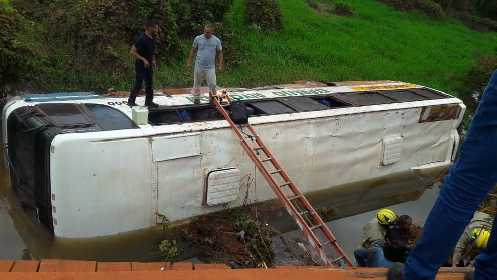 Cinco passageiros ficam feridos após ônibus cair de ponte em estrada em MT  — Foto: Corpo de Bombeiros Militar/MT