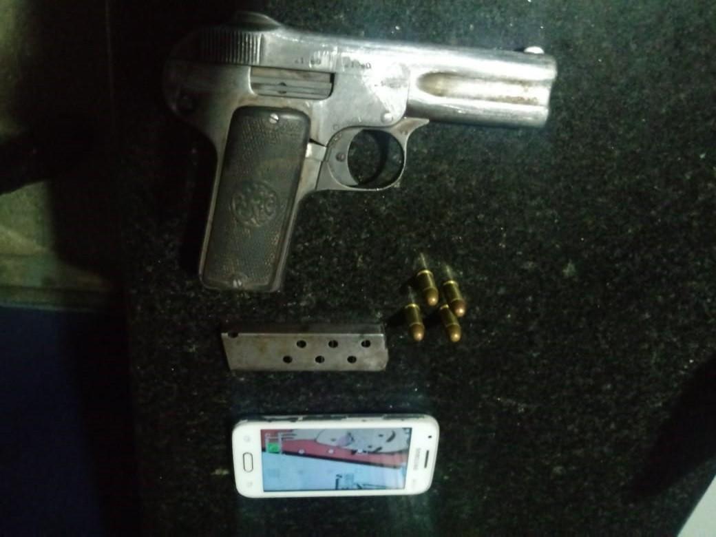 Criança de 11 anos é apreendida com revólver dentro de ônibus, em Manaus; outros dois suspeitos foram levados à delegacia