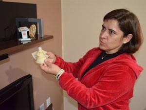 Dona Dora mostra os presentes que já ganhou dos filhos. (Foto: Lucas Soares / G1)