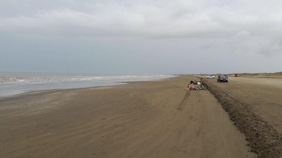 Tempo nublado espantou veranistas da beira da praia no Cassino (Foto: Yéssica Lopes/RBS TV)