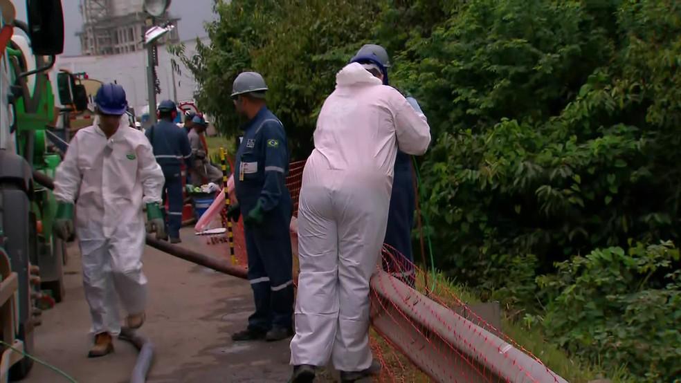 Equipes trabalham, nesta quarta-feira (28), na sucção do óleo que vazou da Refinaria Abreu e Lima, no Grande Recife — Foto: Reprodução/TV Globo