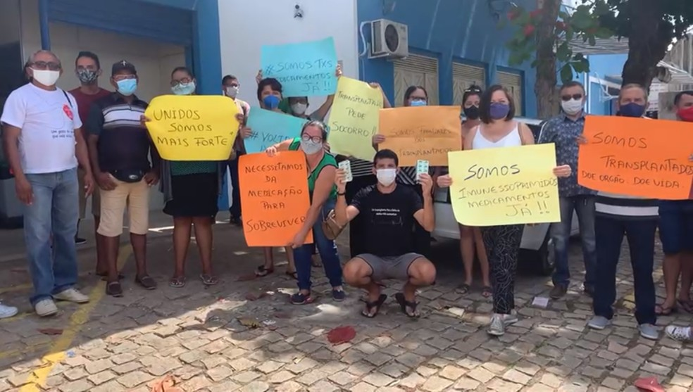 Protesto aconteceu em frente à sede da Unicat, em Natal — Foto: Cedida
