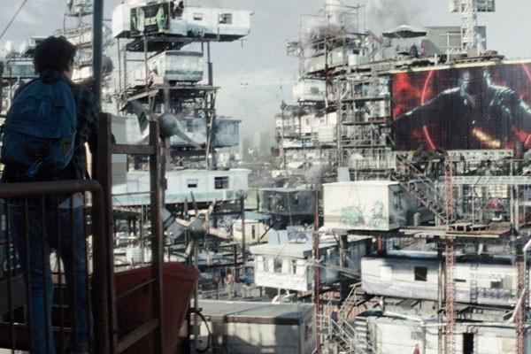 A tecnologia OASIS tira as pessoas de uma realidade miserável em uma fuga tecnológica para o mundo virtual (Foto: Divulgação)