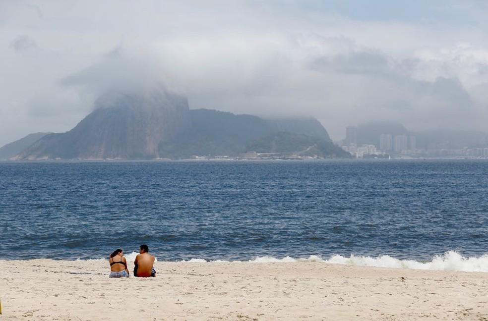 Pão de açúcar encoberto, visto da Praia de Icaraí, em Niterói. — Foto: Marcos Serra Lima