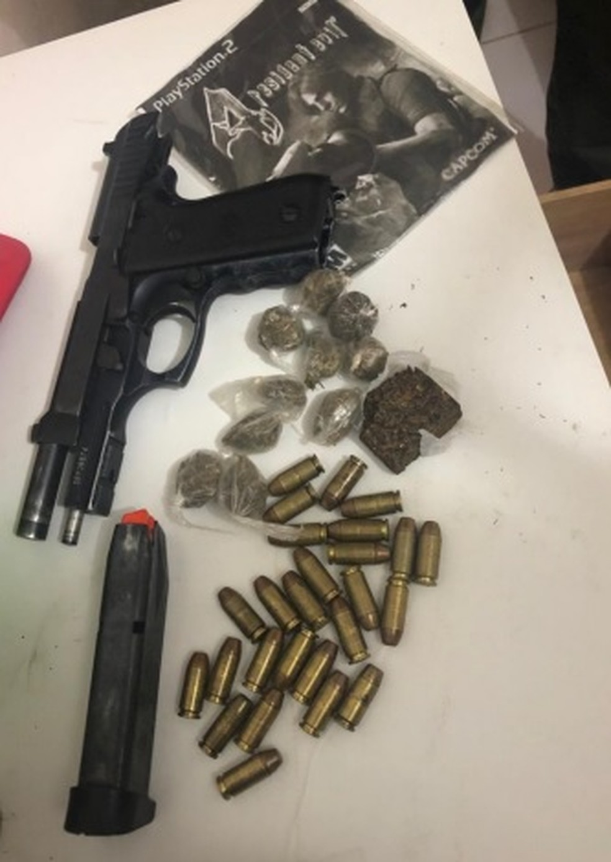 Arma, munição e drogas foram apreendidos pela polícia com suspeito de integrar quadrilha de tráficoe  homicídios  — Foto: Polícia Civil/Divulgação