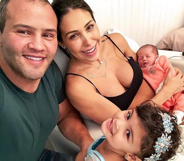 Bella Falconi e família (Foto: Reprodução/Instagram)