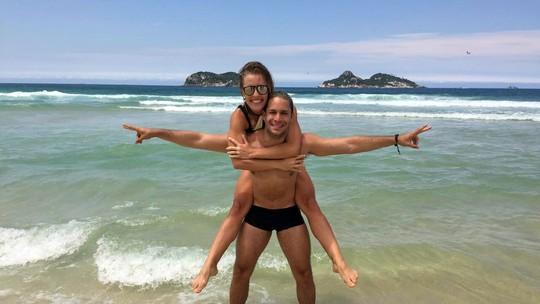 Rainer Cadete e Juliana Valcézia posam na praia em gravação para o Gshow