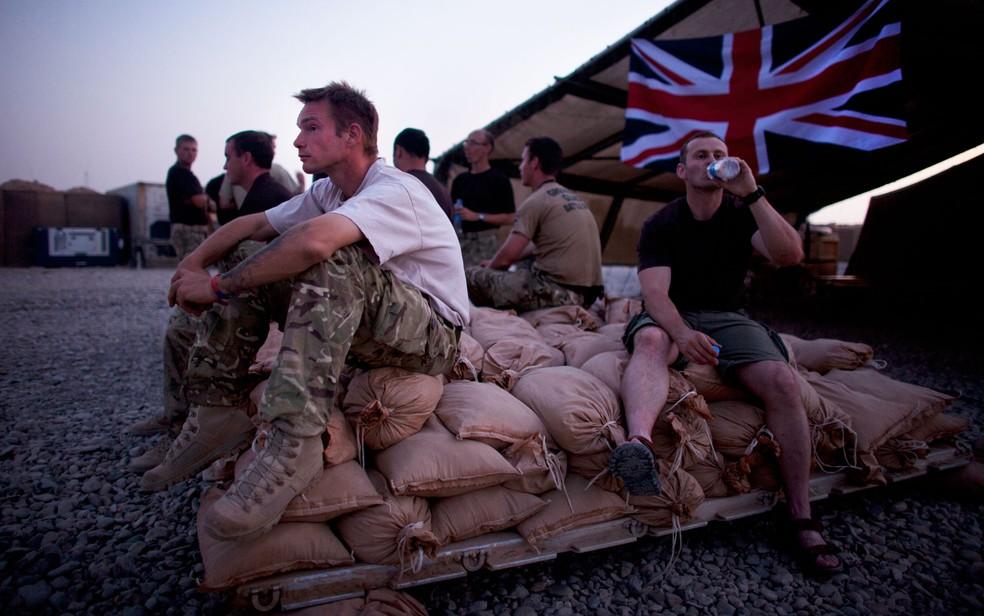Soldados britânicos no Afeganistão, em foto de 22 de agosto de 2011 — Foto: AP Photo/Brennan Linsley