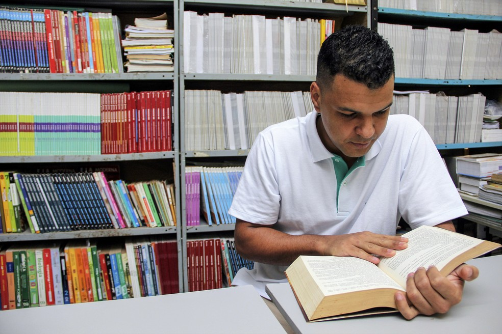 Rafael Luis Ferreira dos Santos, de 30 anos, concluiu o ensino médio no CR de Rio Claro — Foto: Fabio Rodrigues/G1