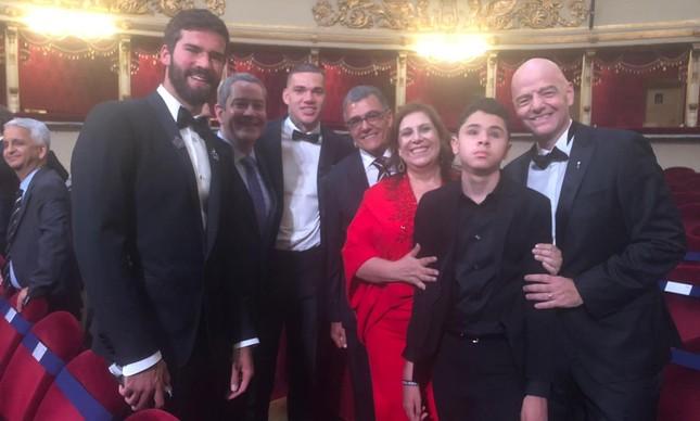 Dirigentes da CBF com os brasileiros no prêmio da Fifa