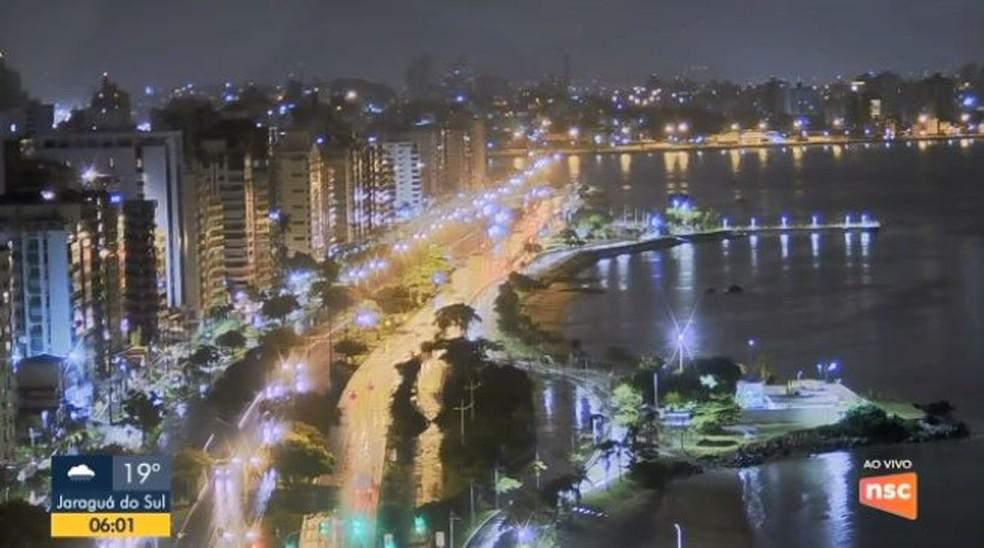 Avenida Beira-mar tem pontos de alagamento em Florianópolis — Foto: Reprodução/ NSC TV
