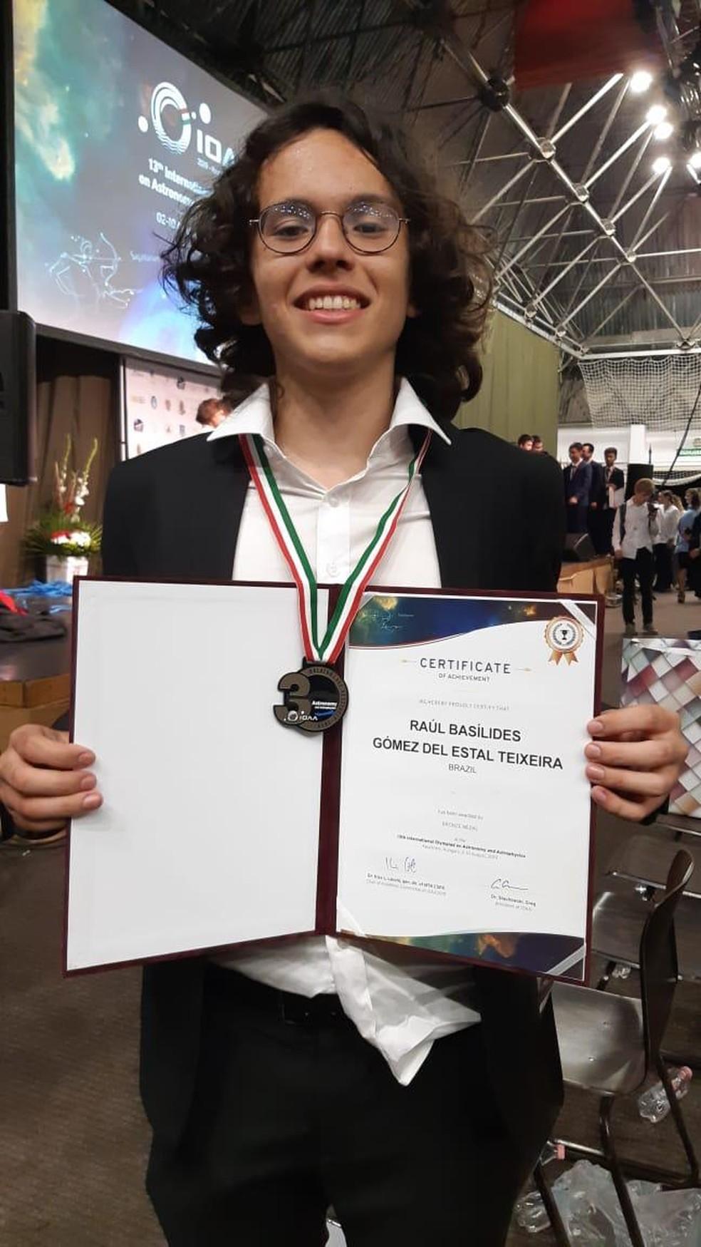 Cearense Raúl Basílides Gómez, de 17 anos, iniciou os estudos em Astronomia, por conta própria, há cerca de cinco anos — Foto: Divulgação