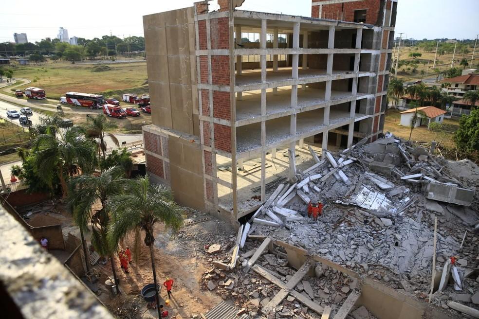 Bombeiros retiram escombros de prédio que desabou em Vicente Pires. no DF (Foto: Corpo de Bombeiros/Divulgação)