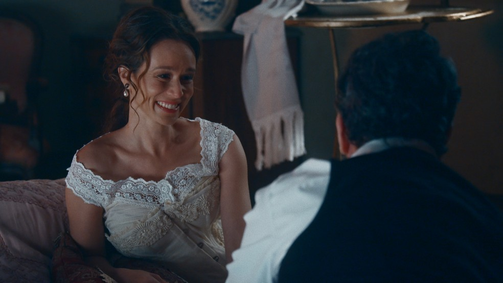 Luísa (Mariana Ximenes) anuncia um novo candidato à mão da Princesa Isabel (Giulia Gayoso) — Foto: Globo