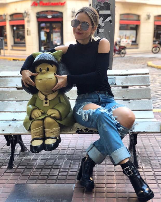 Monique Alfradique faz graça com Mafalda instalada no bairro de San Telmo, em Buenos Aires (Foto: Reprodução/Instagram)