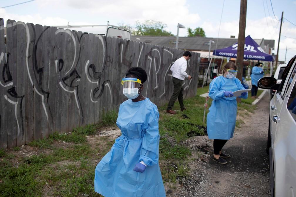 Profissionais de saúde fazem testes para Covid-19 em Nova Orleans, na Louisiana, sudeste dos Estados Unidos, na sexta-feira (27). — Foto: Kathleen Flynn/Reuters