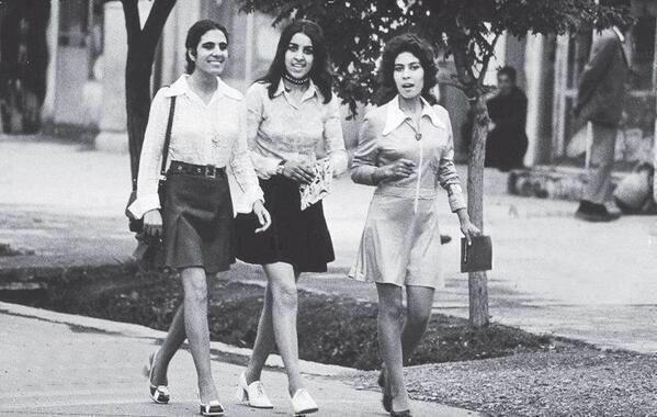 """""""Esta foto é um espelho invertido da história do Afeganistão. Mulheres de mini-saia em Cabul nos anos 1970. Essas mulheres são da geração de nossas mães ou avós. Hoje vestem burca e são proibidas de estudar"""" (Foto: Reprodução/Twitter)"""