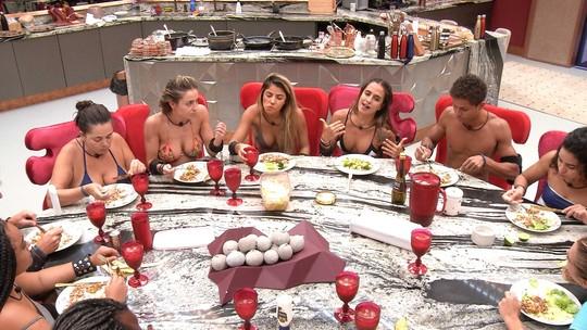 Brothers almoçam juntos e Danrley elogia a comida feita por Elana