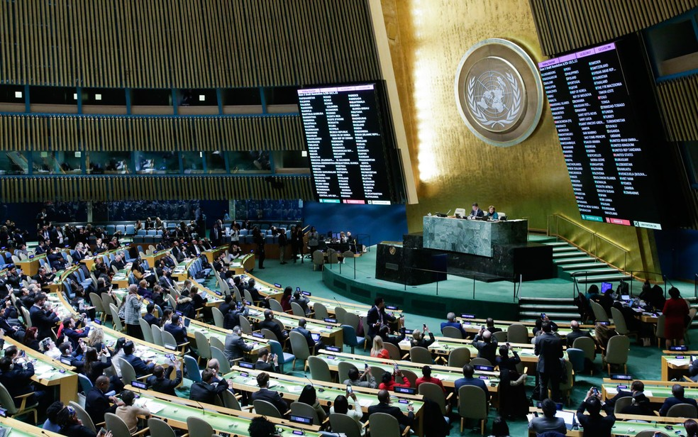 Resultados dos votos sobre Jerusalém são vistos em placar no salão da Assembleia Geral da ONU, na sede da organização em Nova York, na quinta-feira (21) (Foto: Eduardo Munoz Alvarez/AFP)