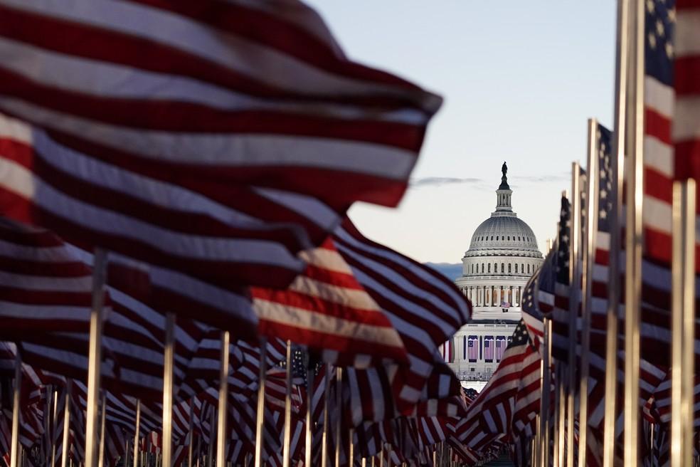 Domo do Capitólio dos EUA é visto a partir da instalação das bandeiras no Passeio Nacional, em Washington, em 20 de janeiro de 2021 — Foto: Julio Cortez/AP