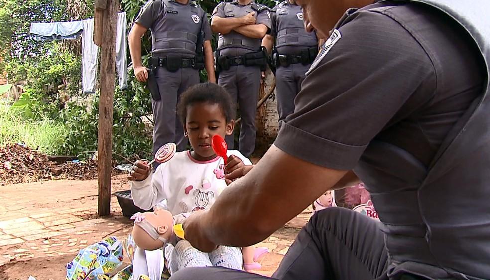 Menina de 4 anos ganhou boneca, bicicleta e bolo de aniversário (Foto: Felipe Lazzarotto/EPTV)