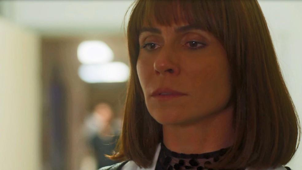 Luzia se disfarça para visitar o torturador (Foto: TV Globo)