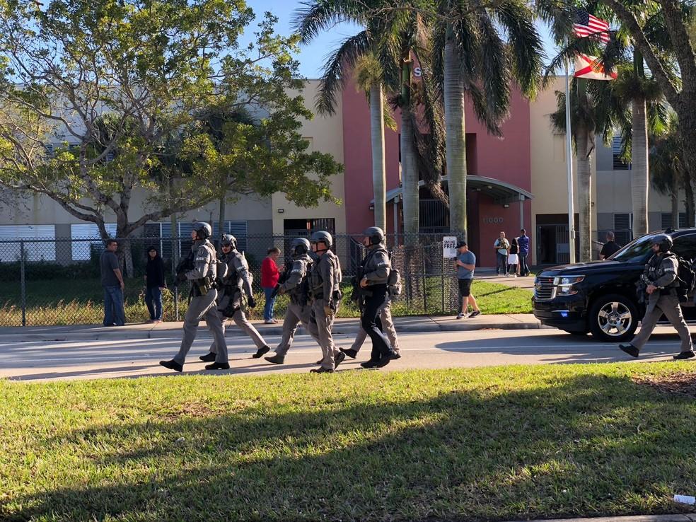 Forças armadas em frente à escola em Parkland, Flórida (Foto: Luiz Carvalho/Arquivo Pessoal)