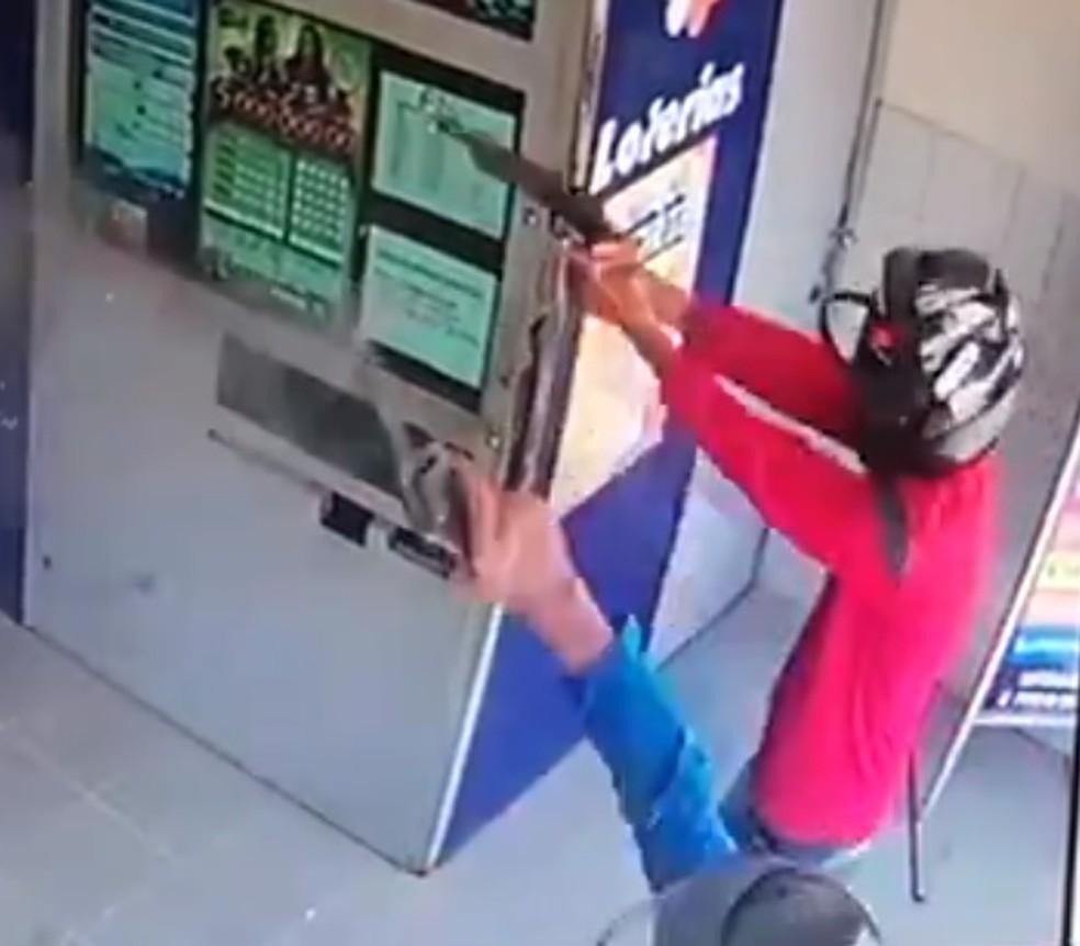 Homens armados tenta assalto a lotérica em Santana do Cariri, mas são impedidos por vidro blindado — Foto: Reprodução