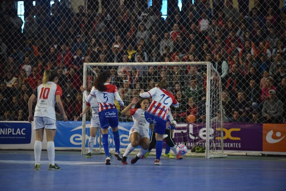 Atlético Navalcarnero pressiona as Leoas da Serra no início da decisão — Foto: Fom Conradi/Leoas da Serra