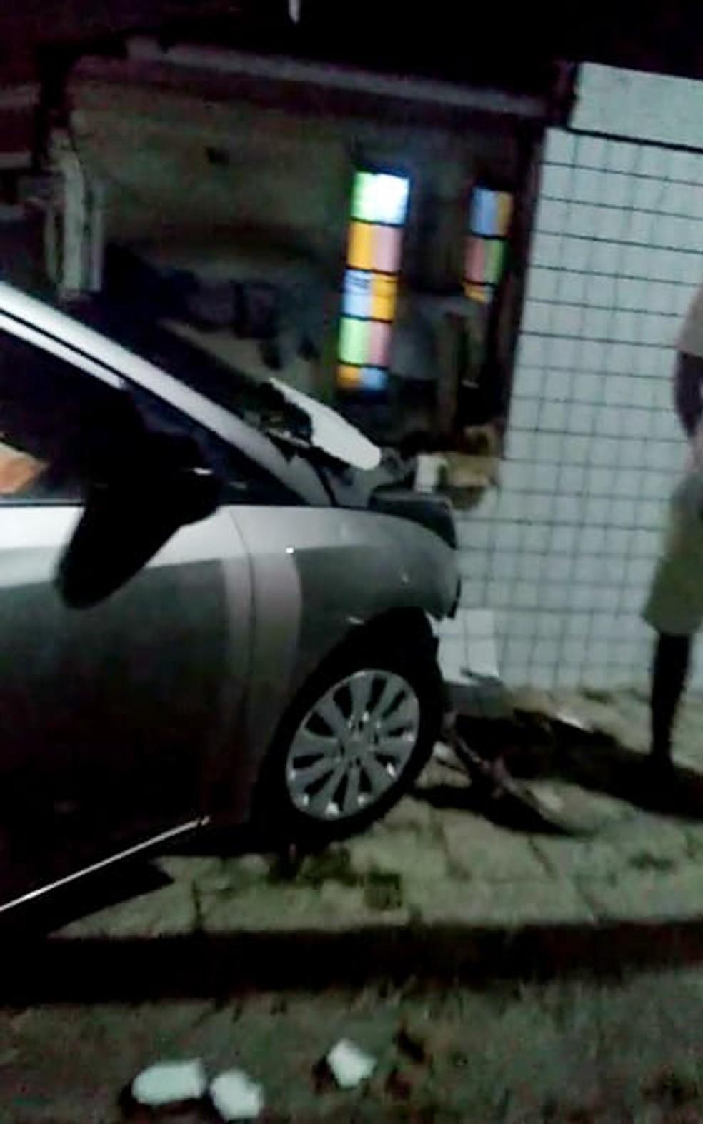 Homem embriagado bateu o carro no muro da casa na Zona Sul de Natal — Foto: Reprodução/Redes Sociais