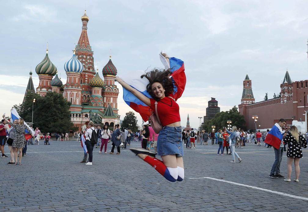1° de julho - Torcedora russa comemora a vitória na Praça Vermelha, em Moscou, na Rússia (Foto: Gleb Garanich/Reuters)